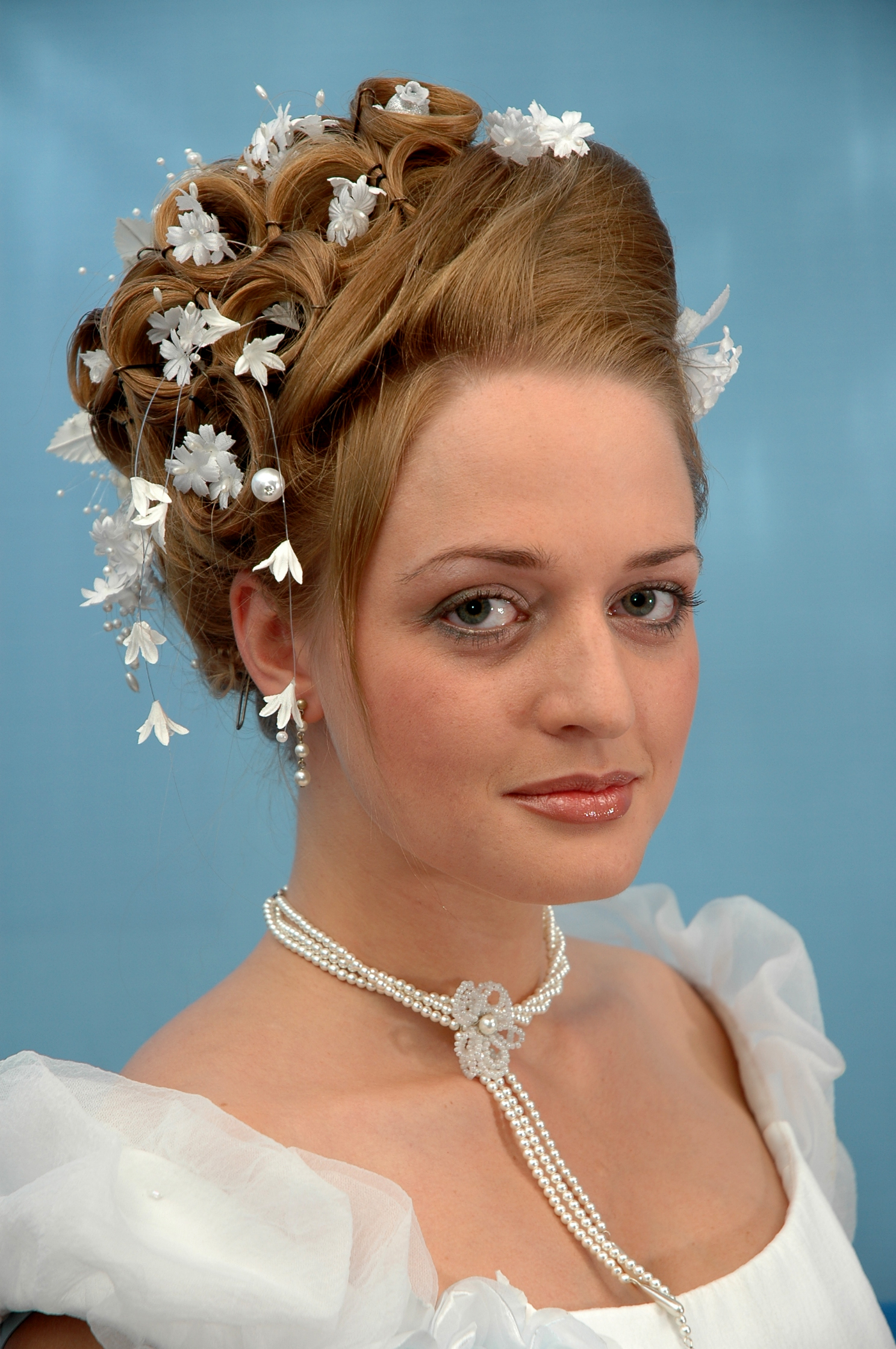 прически свадебные лоб